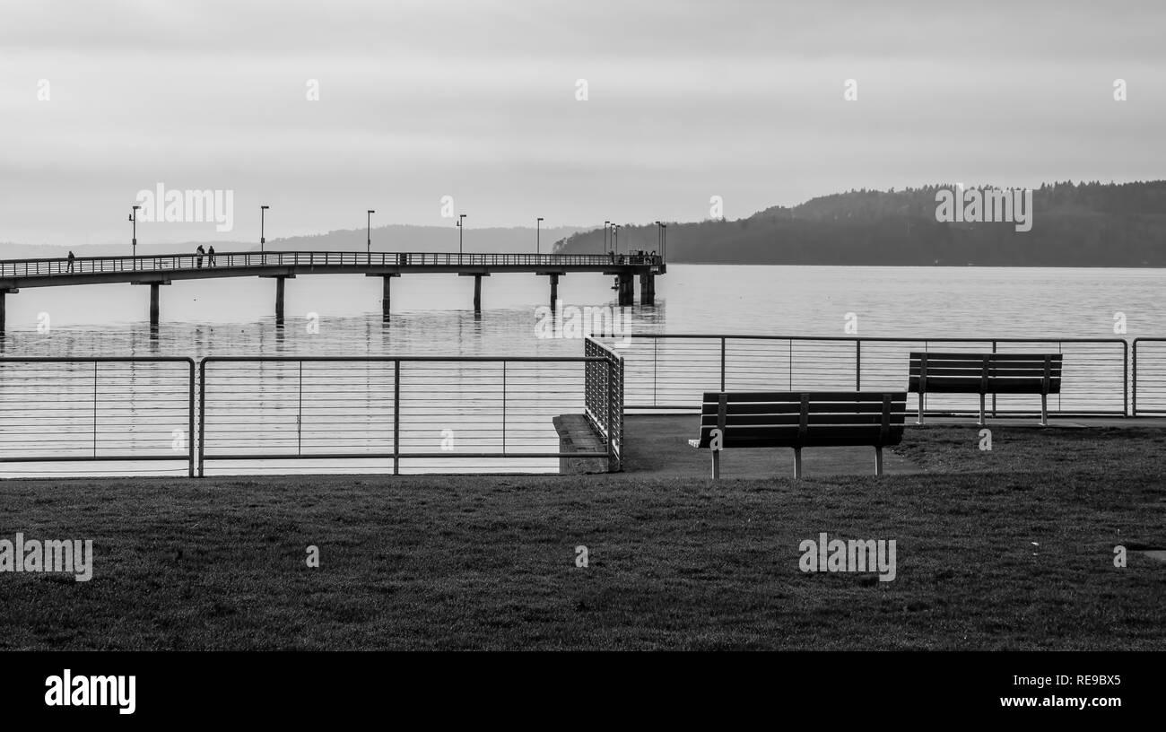 Una vista del muelle y bancos en Des Moines, Washington. Imagen en blanco y negro. Imagen De Stock