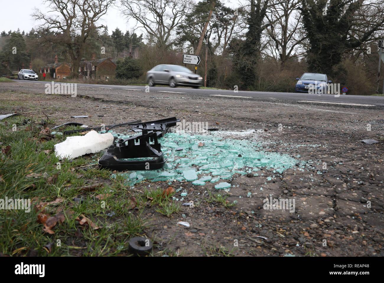 Sandringham, Norfolk, Reino Unido. 18 de enero de 2019. Vidrio roto y un espejo de ala en la escena de un accidente. Seguimiento en el Príncipe Felipe, Duque de Edimburgo crash en la A149 cerca de Sandringham, Norfolk, el 18 de enero de 2019. Crédito: Paul Marriott/Alamy Live News Imagen De Stock