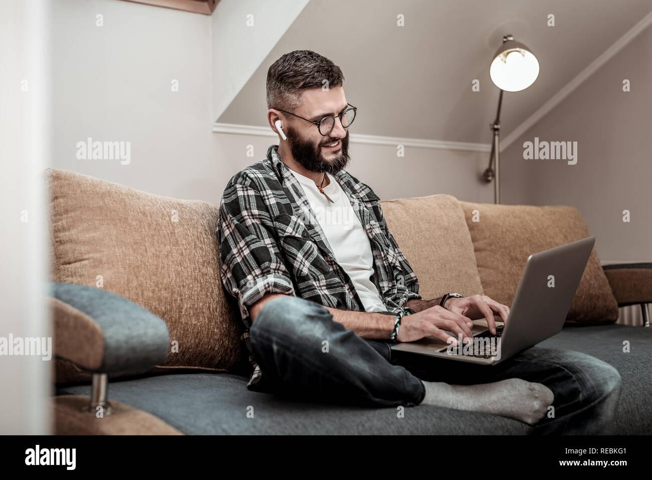Alegre hombre feliz escribiendo en el teclado Foto de stock