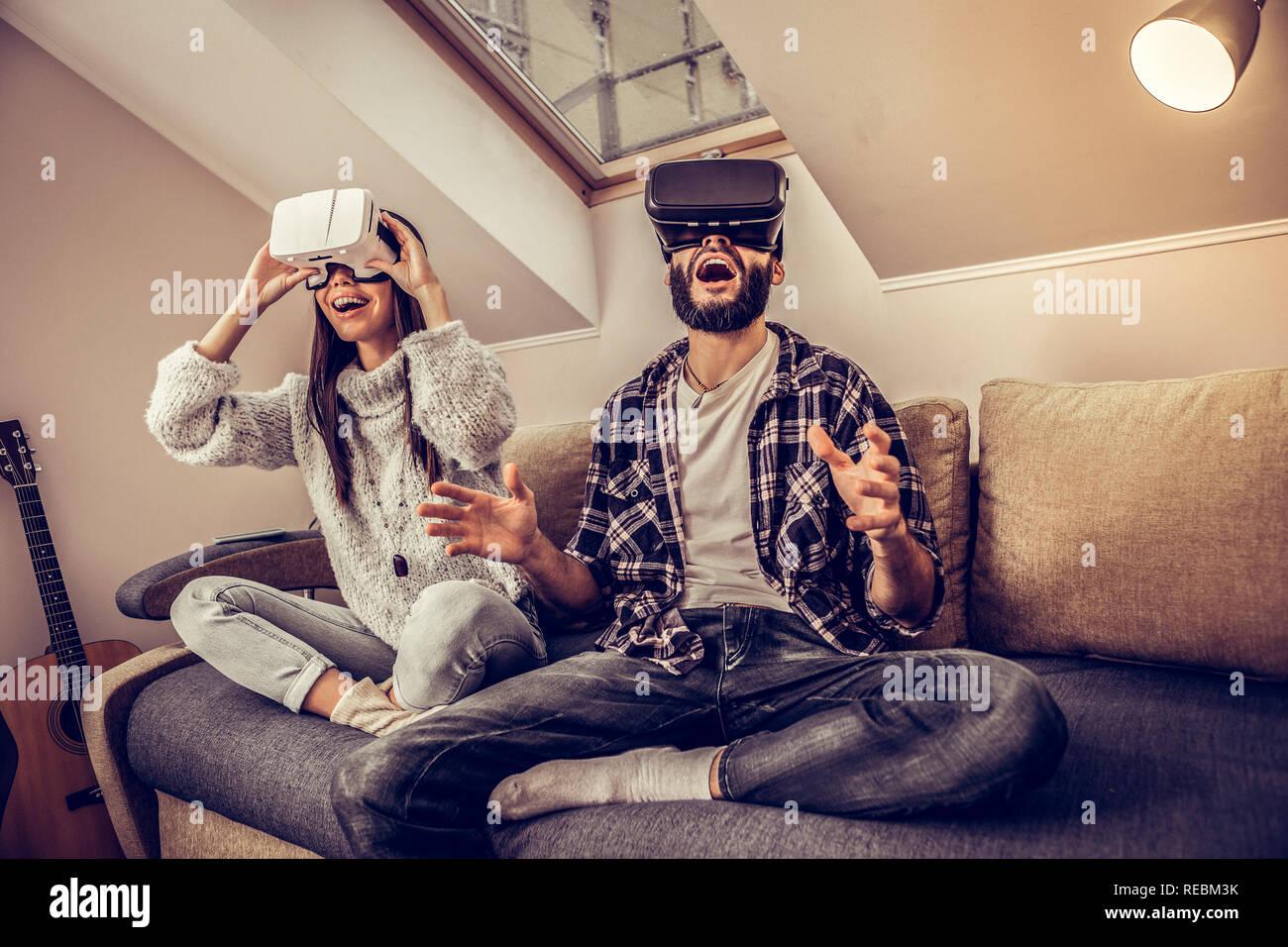 Alegre emocional agradable pareja utilizando gafas VR Foto de stock