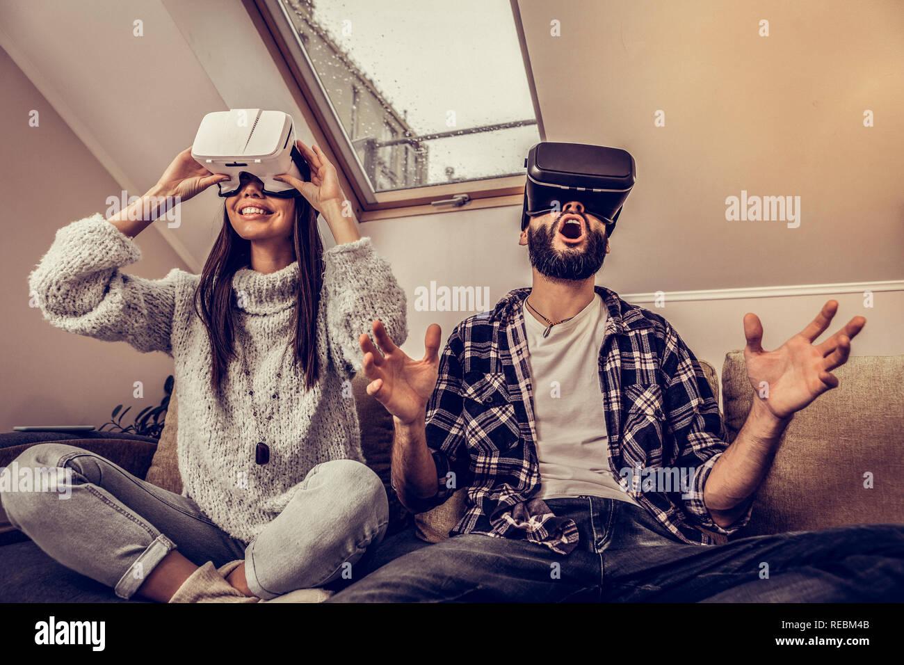 Encantado Emocionados mujer en gafas VR Foto de stock