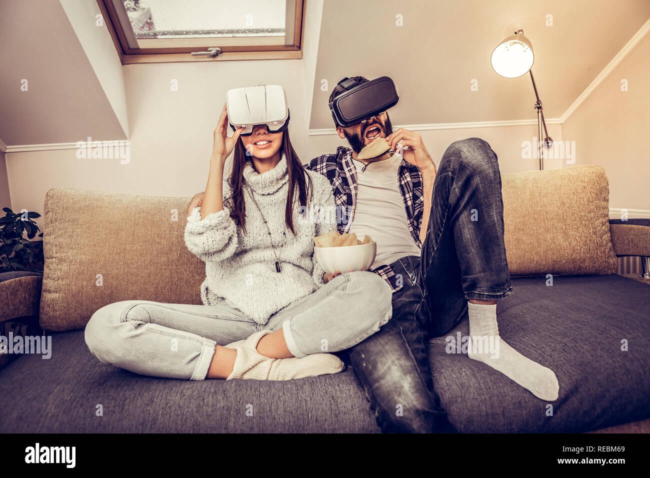 Encantado feliz pareja llevaba gafas de realidad virtual Foto de stock