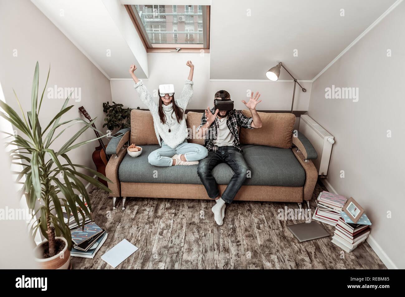 Feliz pareja positiva en la realidad virtual Foto de stock