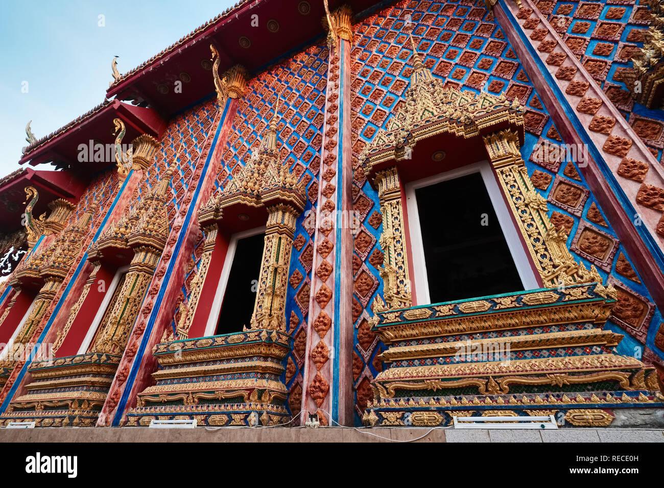 Las elaboradas ventanas y ornamentación de pared de Wat Phra Nang Sang, Thalang, Phuket, Tailandia Foto de stock