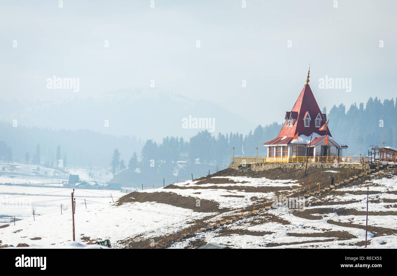 Un templo hindú en un paisaje nevado en Gulmarg en Cachemira Foto de stock
