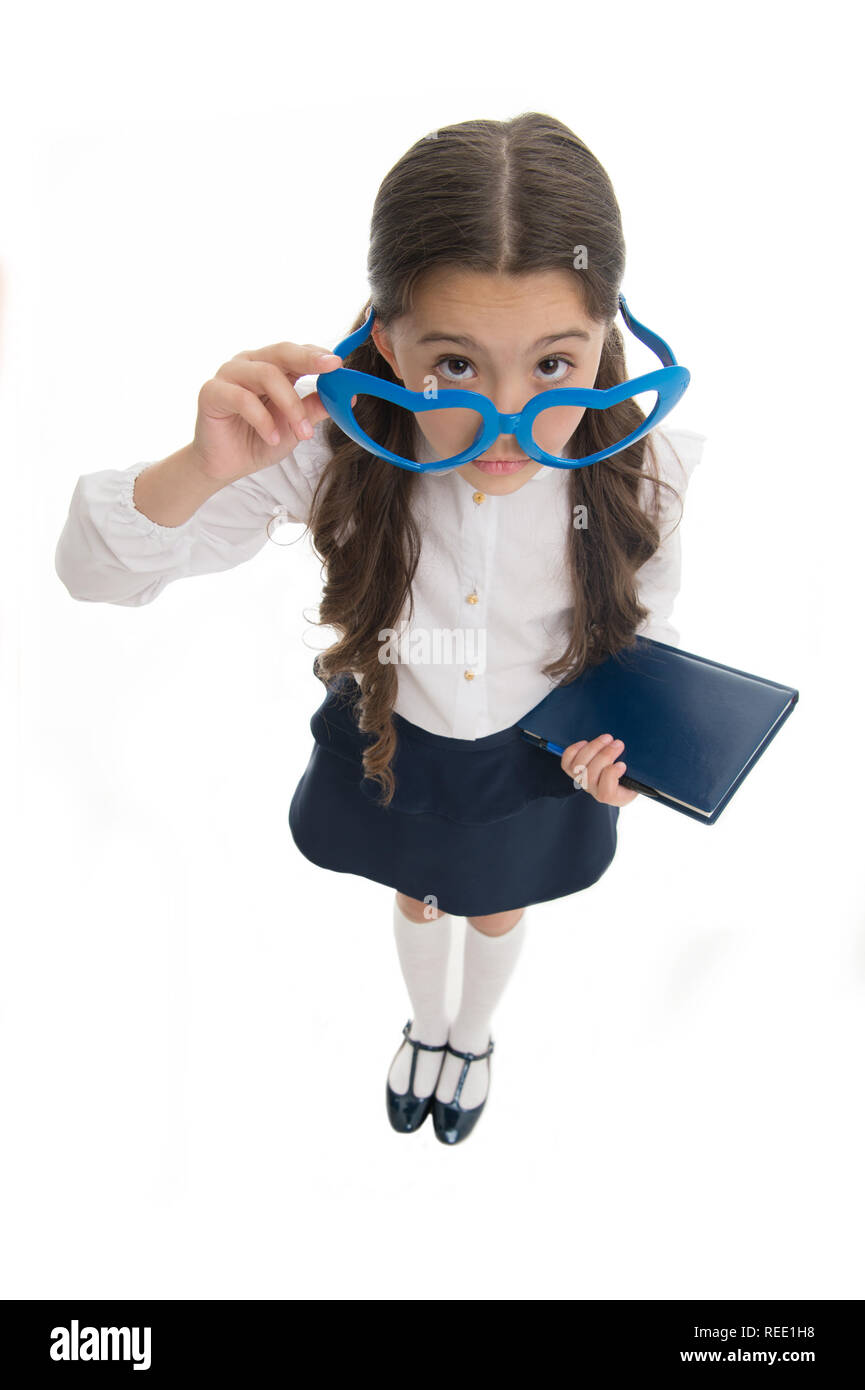 Estás bromeando. Colegiala gafas en forma de corazón aislado fondo blanco. Niño Niña ropa uniformes escolares selección de lentes. Desgaste uniforme escolar infantil smart kid preguntándose cara. Imagen De Stock