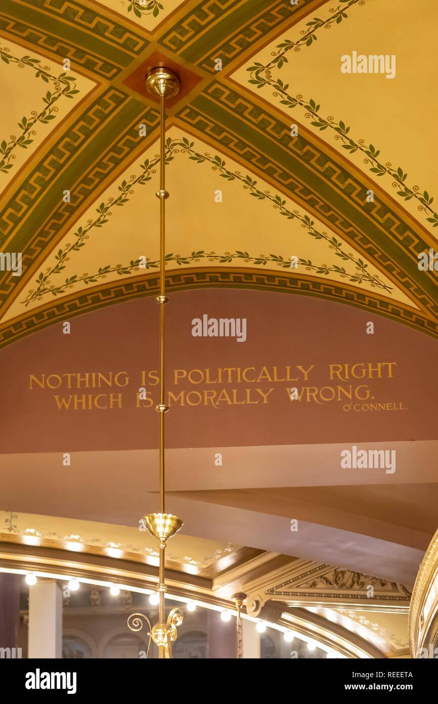 """Des Moines, Iowa - El interior del edificio del capitolio del estado de Iowa. Una cita de Daniel O'Connell está estarcida en el primer piso: """"No hay nada político Foto de stock"""