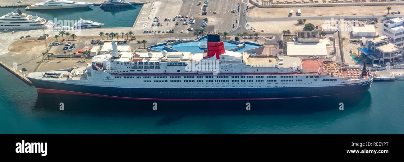 Vista aérea del buque Queen Elizabeth 2 en el puerto de Dubai, Emiratos Árabes Unidos. Imagen De Stock