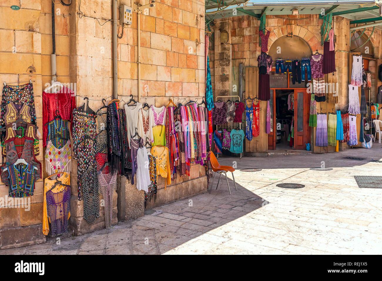 Colorido y una pequeña tienda de ropa en bazar - famoso mercado popular con  turistas y 53388775593