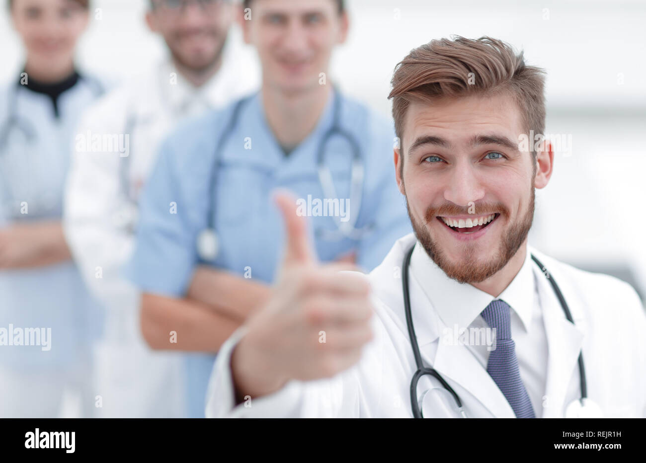 Médico experimentado mostrando pulgar arriba Imagen De Stock