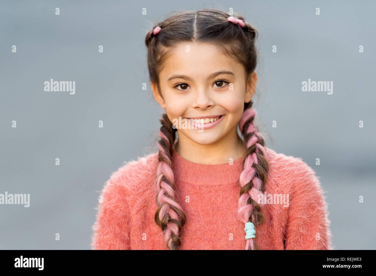 Chica Con Cara Linda Sonriendo Al Aire Libre Hermoso Peinado
