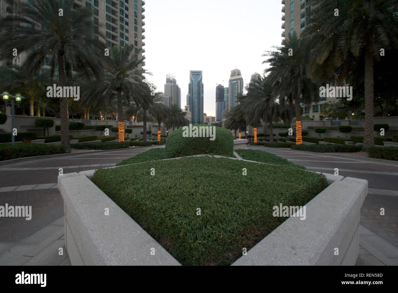Marina Dubai-Entrance caminando hacia el atardecer Imagen De Stock