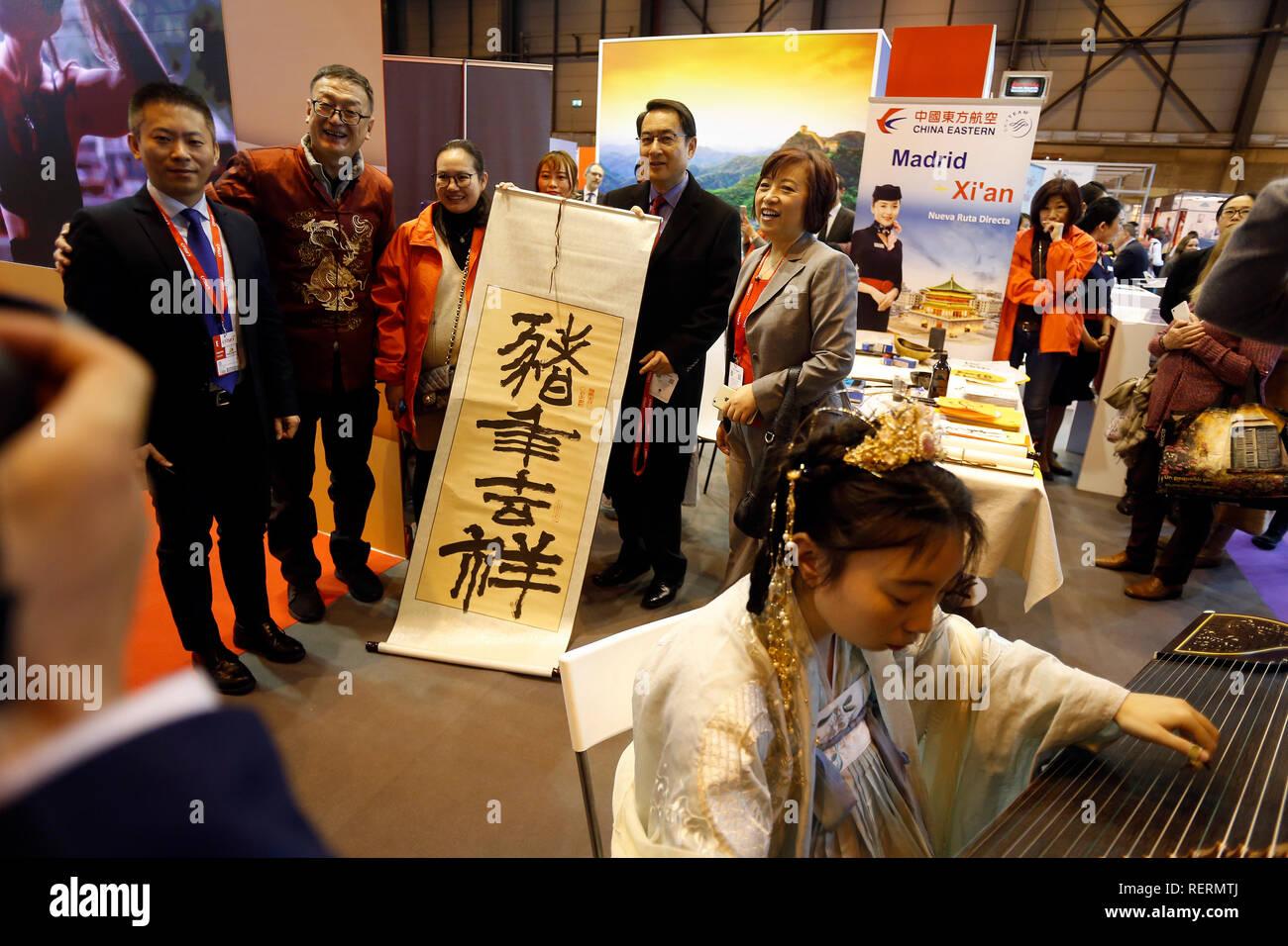 Embajador de España en China, Lyu Fan Visite el stand de China mientras recibe un regalo de FITUR expositores durante FITUR el día de apertura. Feria Internacional de Turismo (FITUR) es un espacio de encuentro internacional para los profesionales del turismo en todo el mundo. Foto de stock