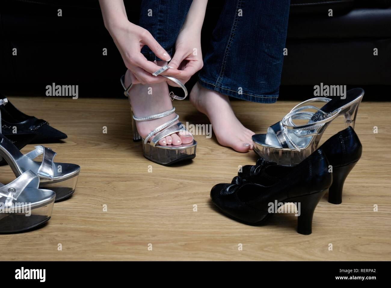 Imágenes Stockamp; Poniéndose Alto De Zapatos Mujer Tacón SMVzUp