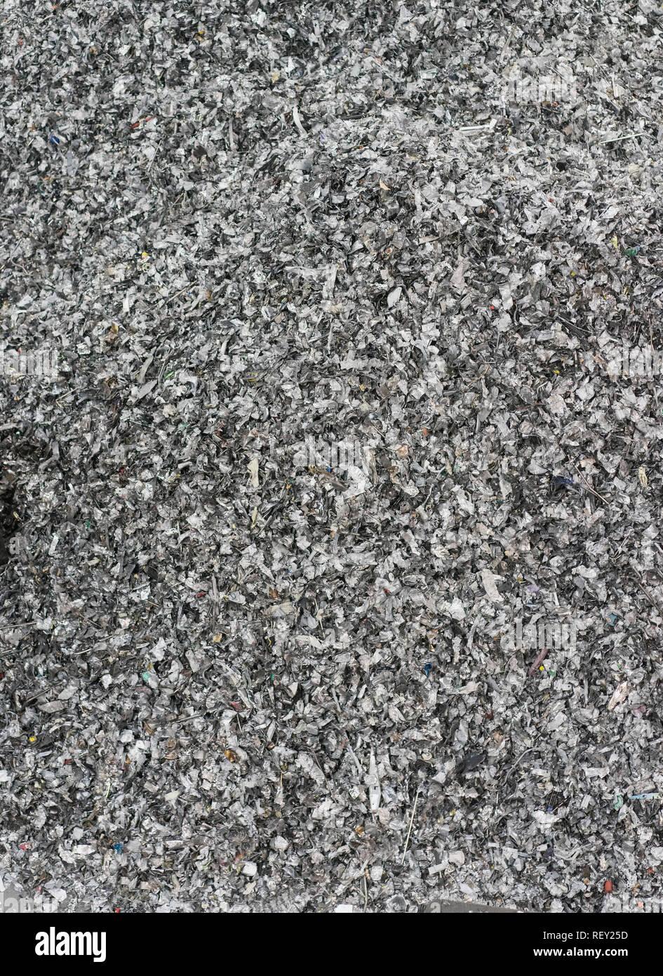 Equipo Papelera reciclaje de residuos residuos electrónicos tecnológicos esperando ser desmantela como electronic residuos reciclables. Imagen De Stock
