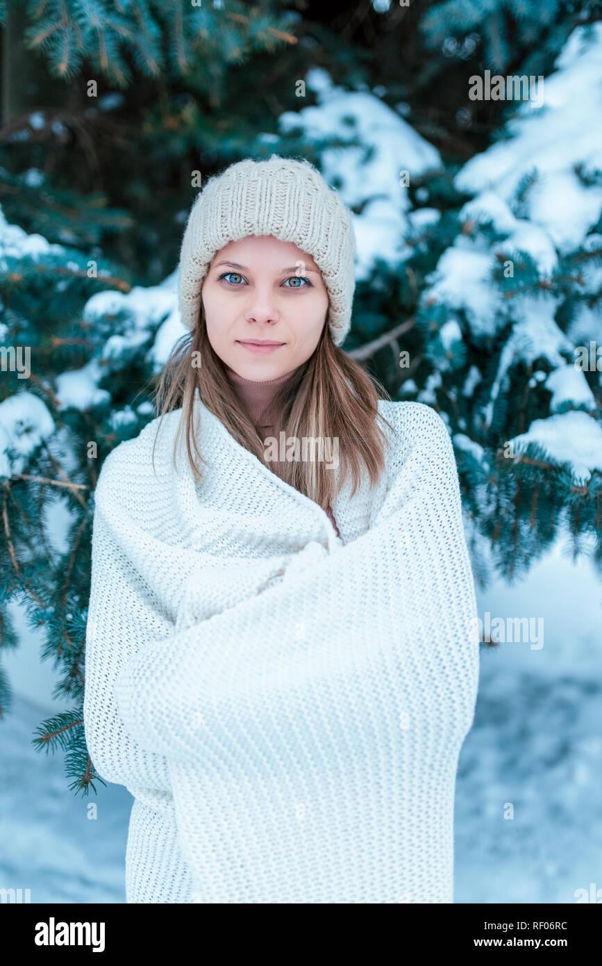 Retrato de una niña en el bosque de invierno sobre fondo de árboles  cubiertos de nieve 4f38a118224