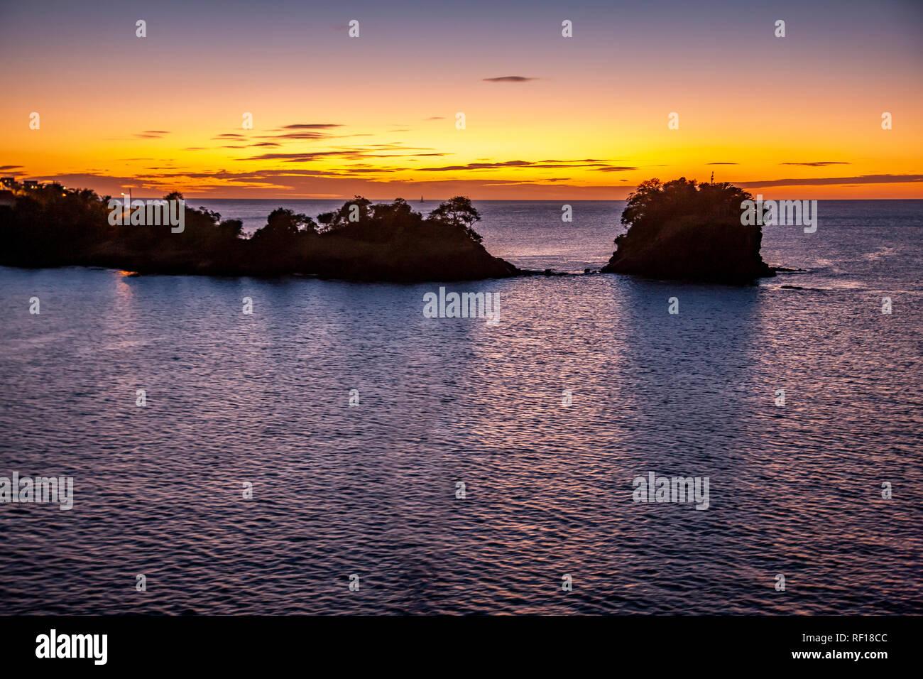 Dejando al atardecer Castries, Santa Lucía, una de las Islas de Barlovento en el Caribe. Foto de stock