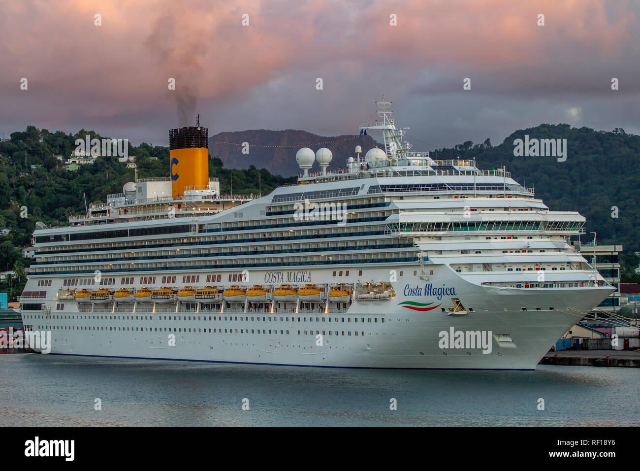 Costa Magic dejando Castries Santa lucía una de las Islas de Barlovento en el Caribe. Foto de stock