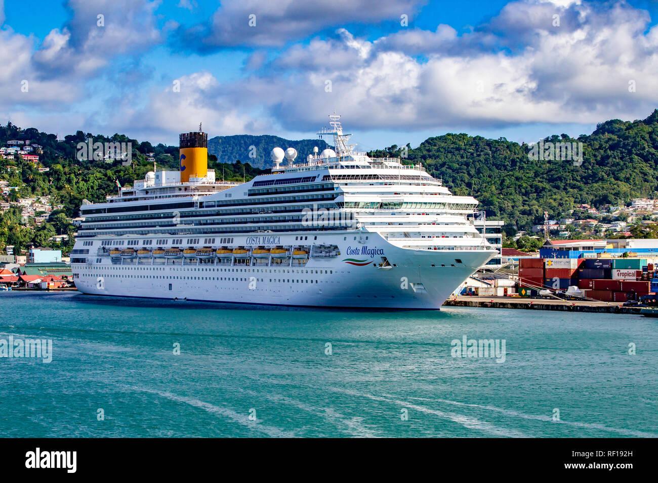Costa mágica en puerto en Castries Santa lucía una de las Islas de Barlovento en el Caribe. Foto de stock