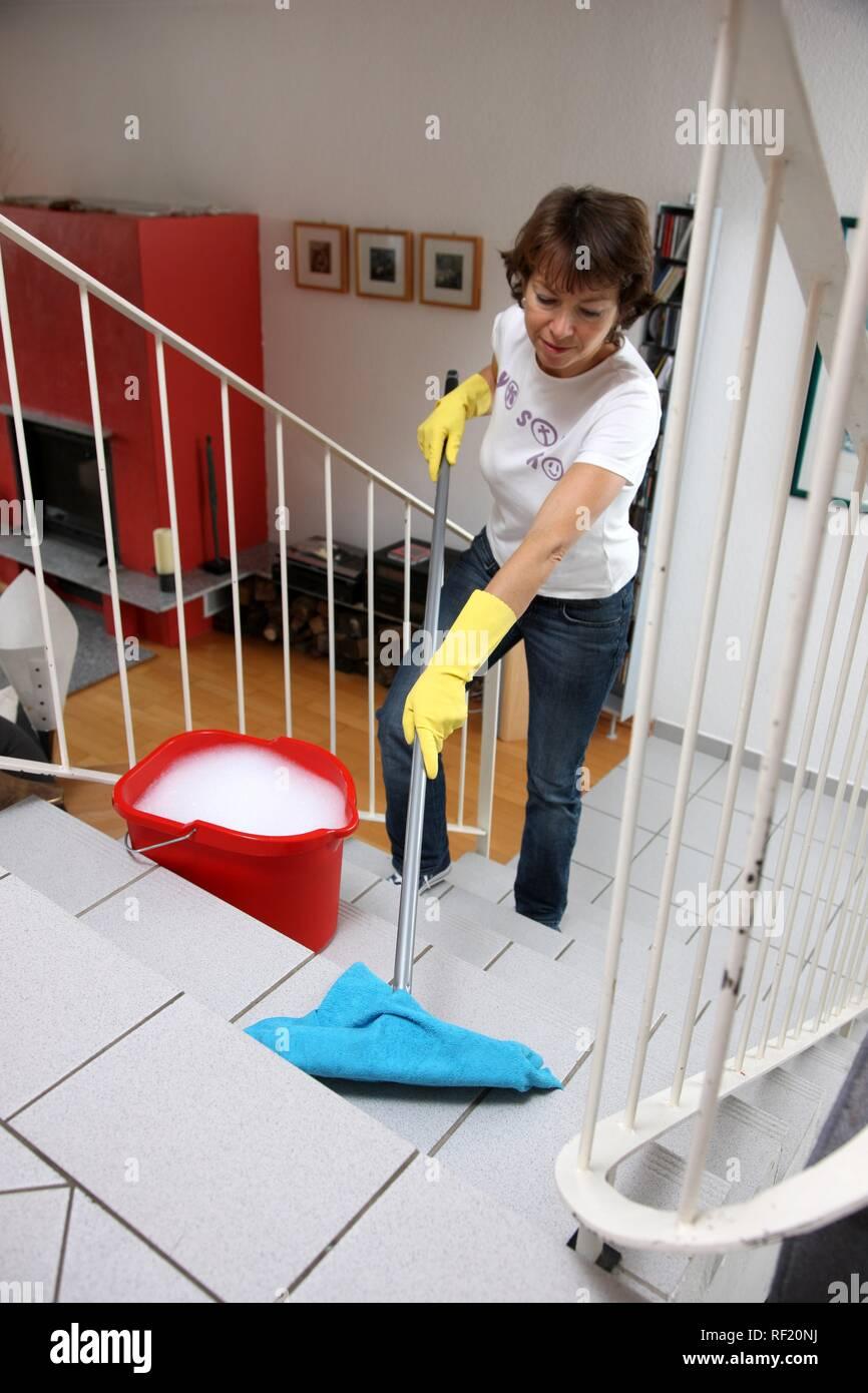 El Trabajo De La Casa La Mujer De La Limpieza Limpiando Escaleras En Piso Fotografía De Stock Alamy