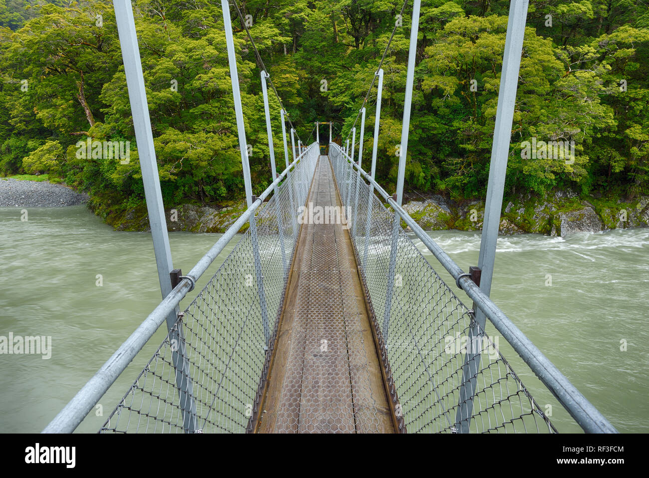 Puente sobre el río, cerca de la autopista Makarora Haast, Isla del Sur, Nueva Zelanda Foto de stock