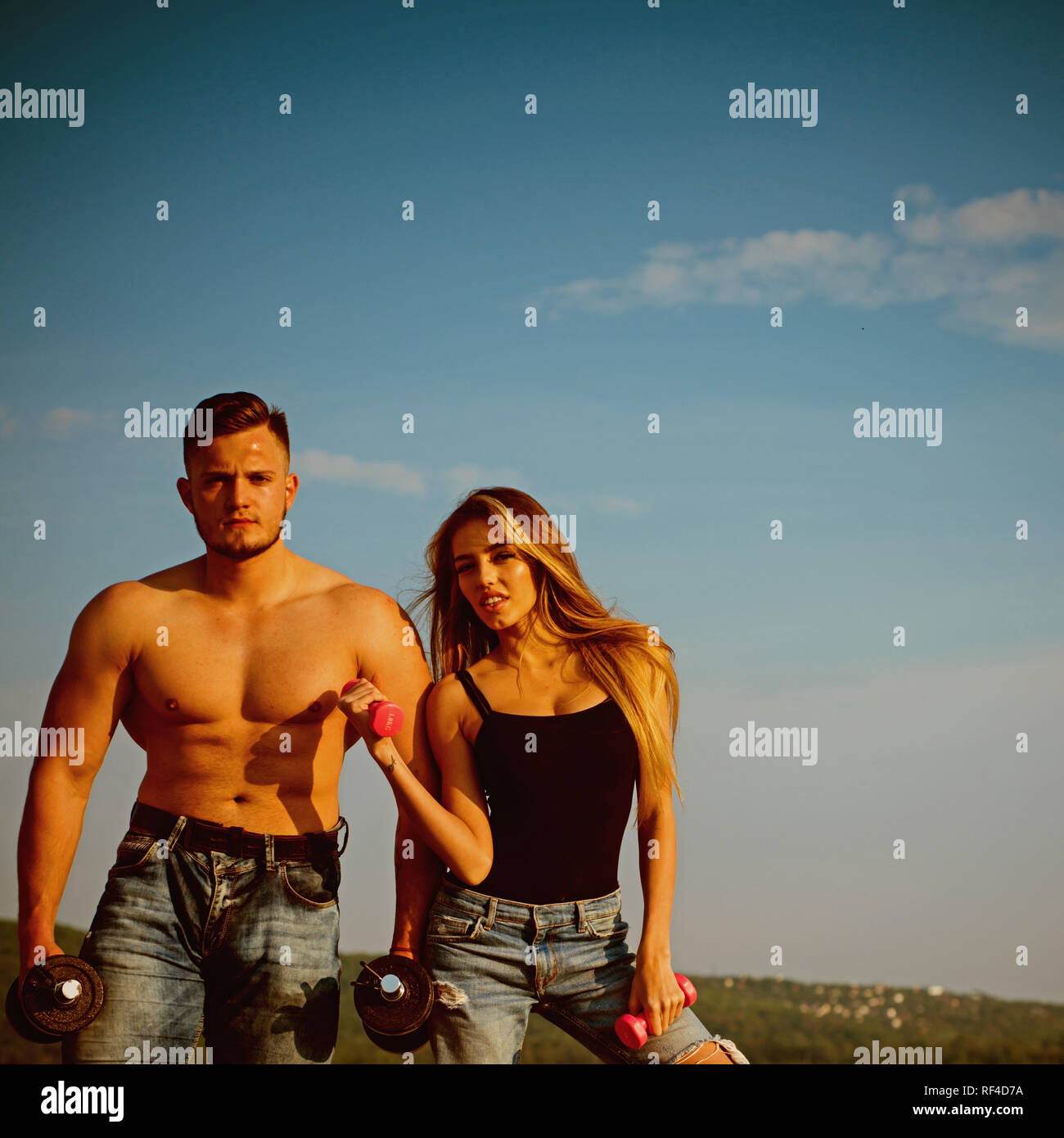 La construcción de músculo y el culturismo. La construcción de músculo ejercicios con pesas para hombre y mujer. Potencia muscular. Y fitness muscular Imagen De Stock