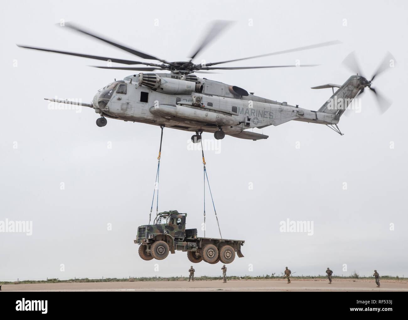 MARINE CORPS AIR STATION Miramar, Calif.- un tipo CH-53E Super Stallion con Marina escuadrón de helicópteros pesados (HMH) 462, aviones Marine Group (MAG) 16, 3a de alas de avión marino (MAW), los ascensores, un medio de sustitución de vehículos tácticos (MTVR) en Marine Corps Air Station Miramar, California, el 16 de enero. Los infantes de marina de HMH-462 y 01 Marine Logistics Group realizó una elevación externa de un MTVR para mejorar sus capacidades de apoyo y ejercer la aeronave tiene un límite máximo de 36.000 libras. (Ee.Uu. Marine Corps foto por Lance Cpl. Clare J. MCINTYRE) Foto de stock