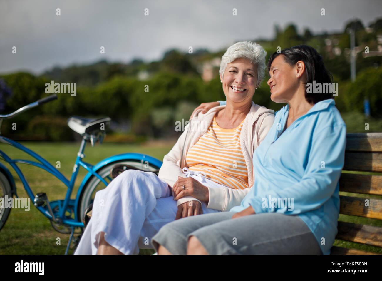 Amigas Maduras dos amigas maduras se tome un descanso de ciclismo para