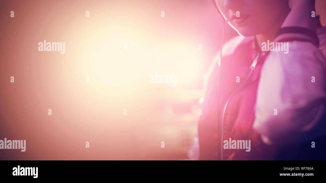 Retrato de mujer dj escuchando música en auriculares Foto de stock