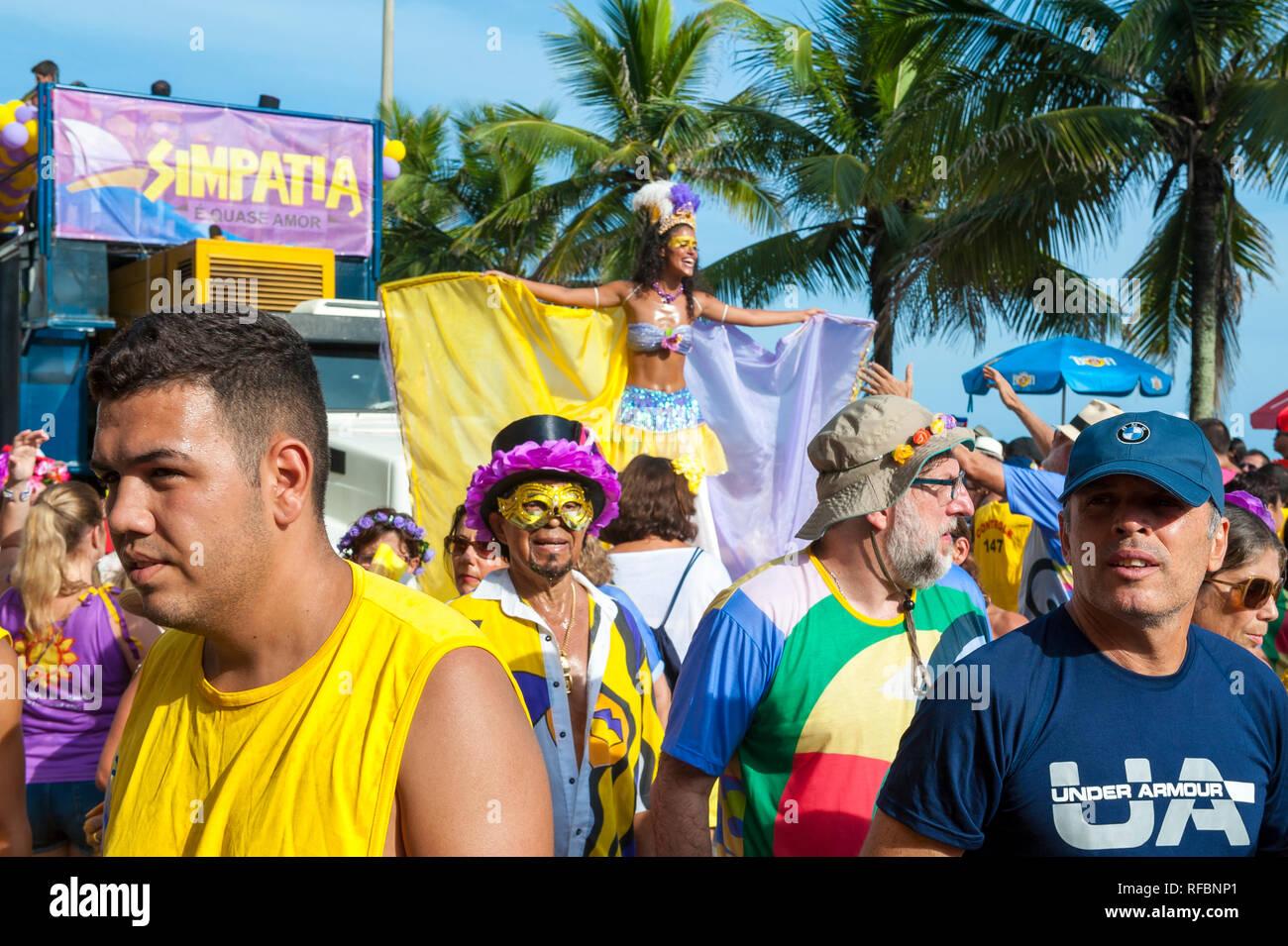 RIO DE JANEIRO - Febrero 07, 2015: los brasileños en coloridos trajes de carnaval dan empellones delante de un camión de altavoces música sonando en un bloco fiesta en la calle. Imagen De Stock