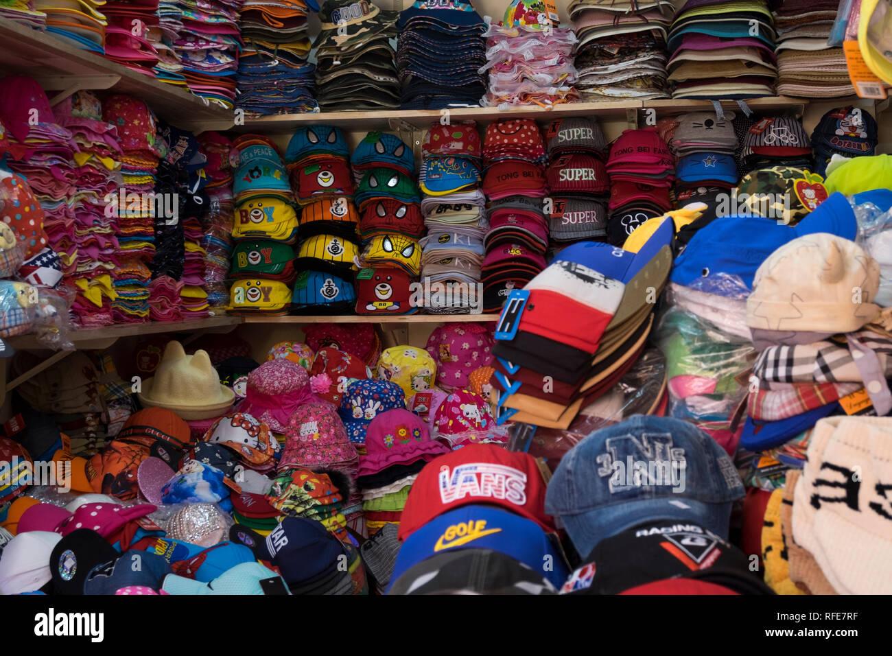 5f5971553c246 Montones de sombreros y gorras para la venta en el Mercado Binh Tay Cho. En