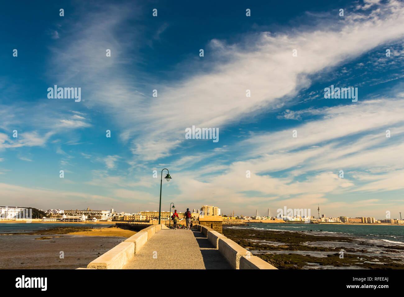 Cádiz, España - Dec, 2018: Paseo Fernando Quiñones sendero de piedra que conduce a la ciudad de Cádiz Foto de stock