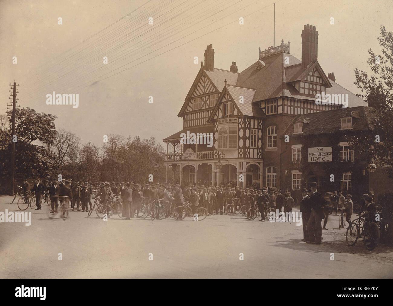 Imagen del archivo histórico de ciclistas, ciclo Club Meeting, Ye Stonebridge Hotel, Coventry, c1910s. Imagen De Stock