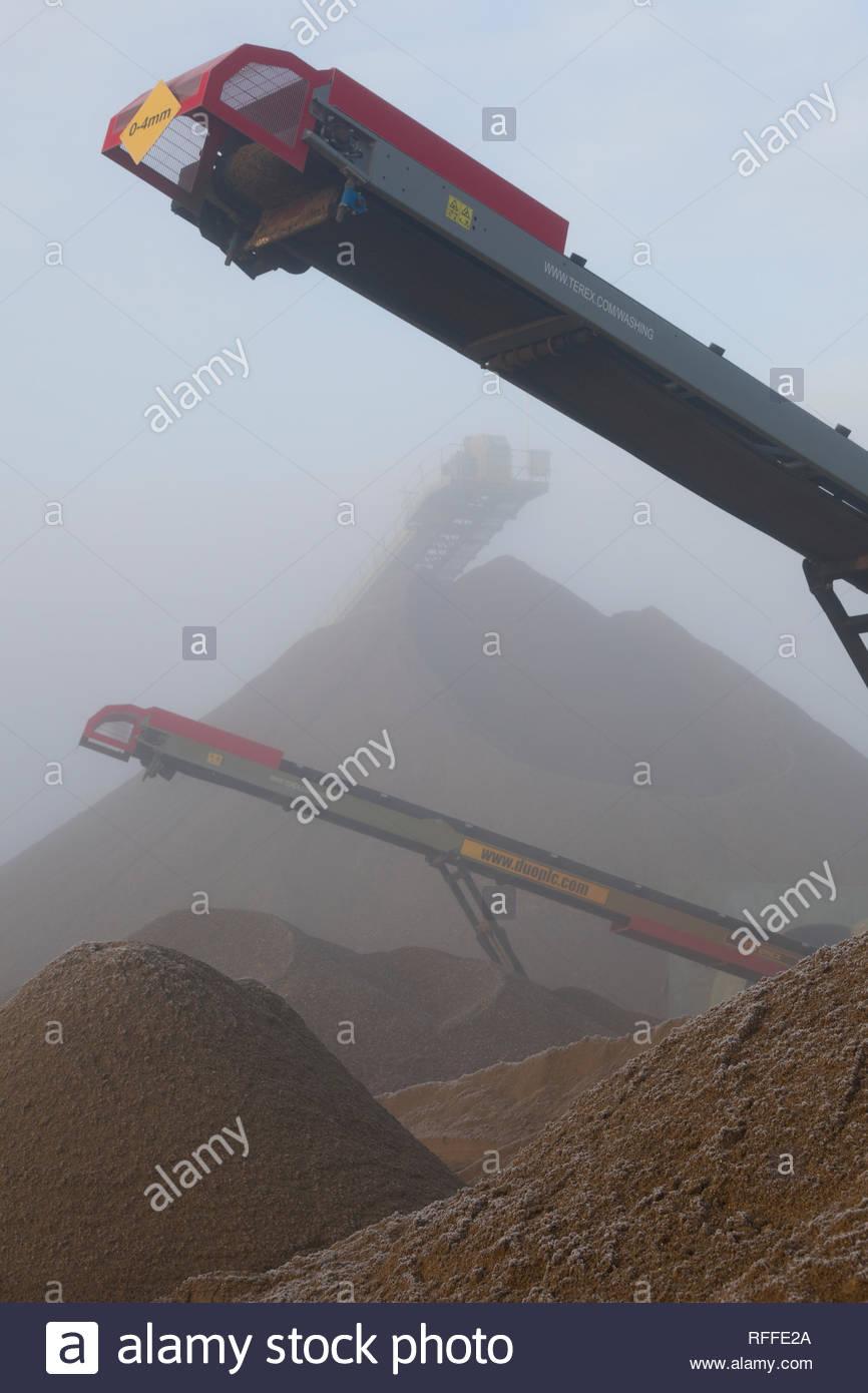 Conos de recién agregados extraídos colección esperan entre la niebla Imagen De Stock