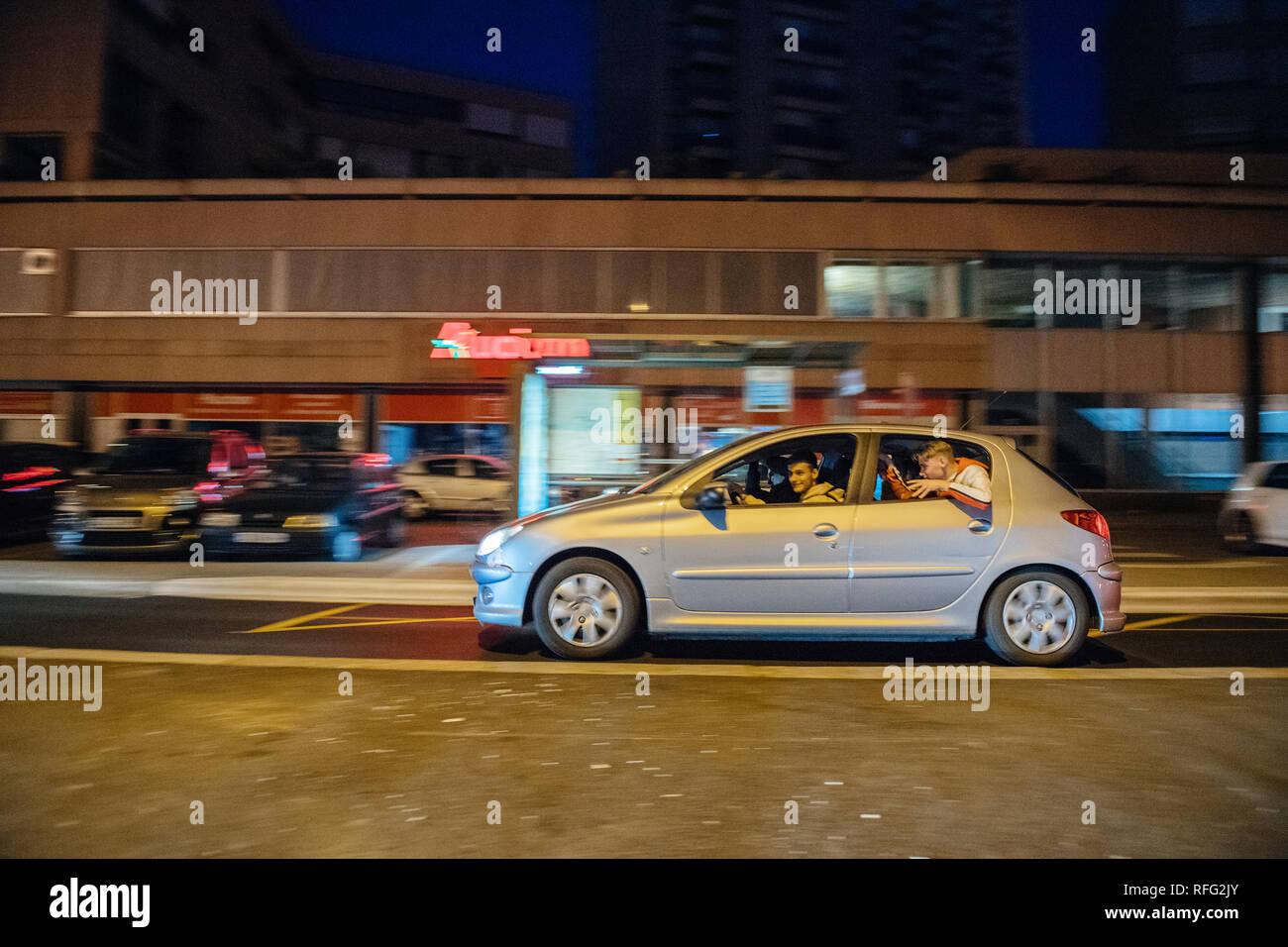Estrasburgo, Francia - Julio 10, 2018: Los fans de conducción rápida en celebración de automóviles Peugeot tras la victoria de Francia clasificarse para la final de la Copa Mundial de la FIFA 2018 tras su victoria Imagen De Stock