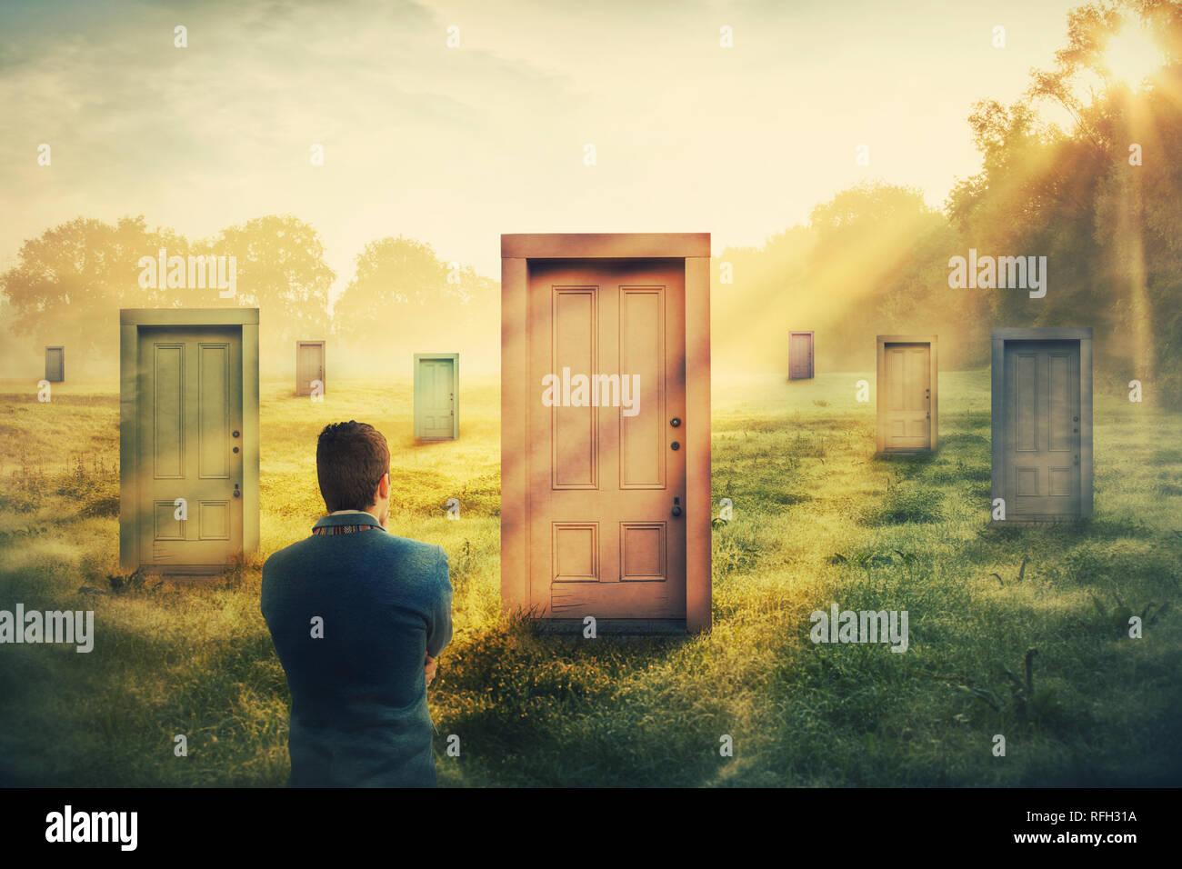 Vista trasera del hombre delante de muchos diferentes puertas de escoger uno. Difícil decisión, el concepto de elección importante en la vida, el éxito o el fracaso. Formas de unkn Foto de stock