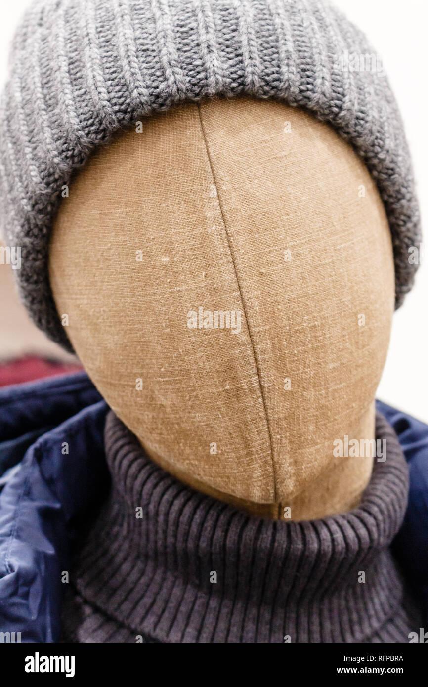 Retrato de maniqui cabeza hecha de tela marrón con lana sombrero gris oscuro f1e8a51ba9a