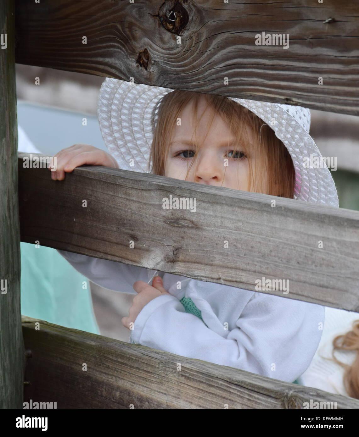 Niña caucásica joven al aire libre Acción Fotos Vestido de verano Foto de stock