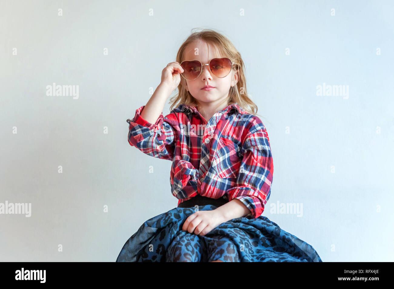 e74432310 Dulce adorable feliz moda joven niña vestida como hipster hippie gipsy  cowboy en gafas de sol