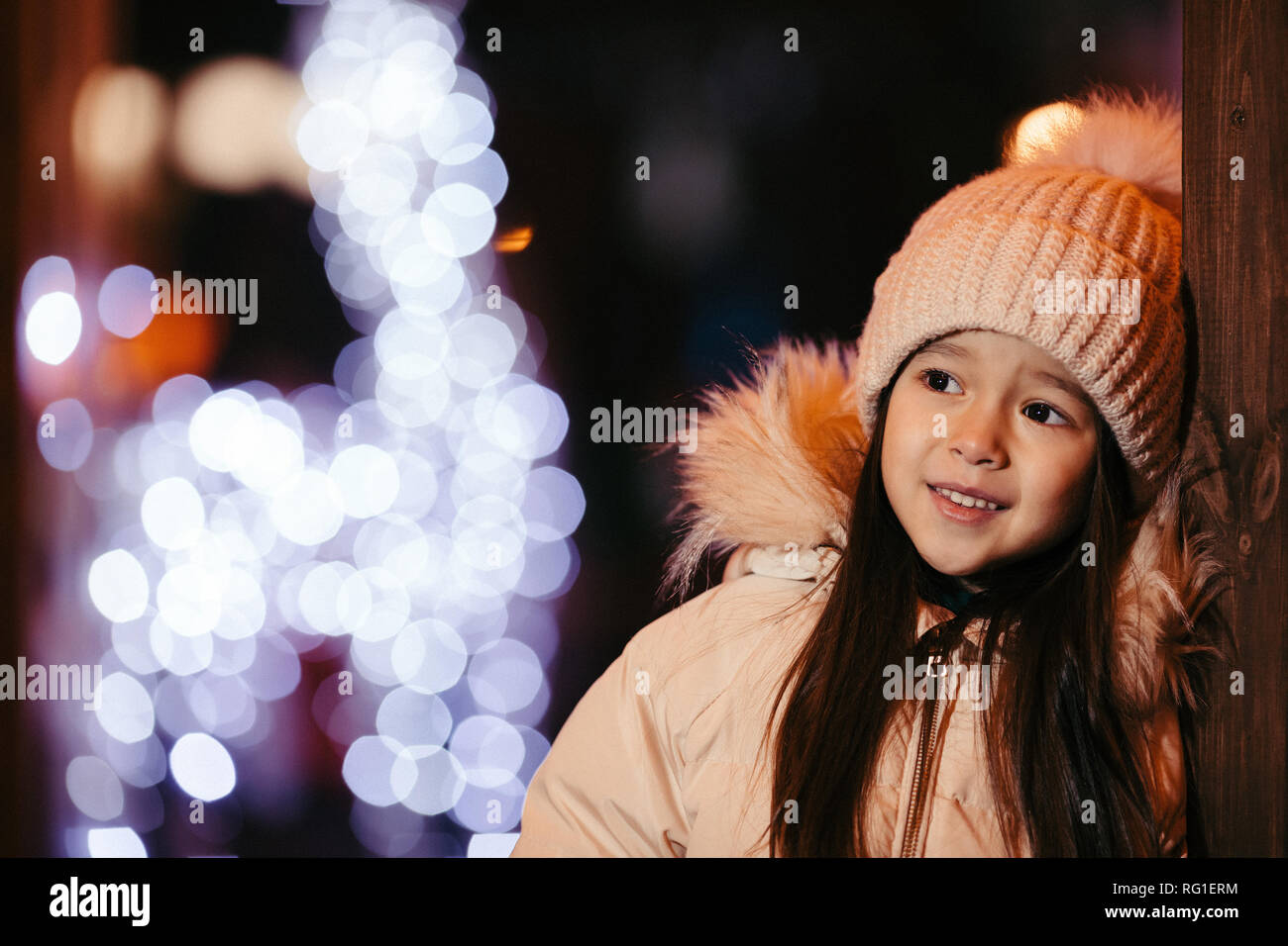 Retrato de linda niña sonriente en un gorro de punto exterior Imagen De  Stock fa2bc3e1b55
