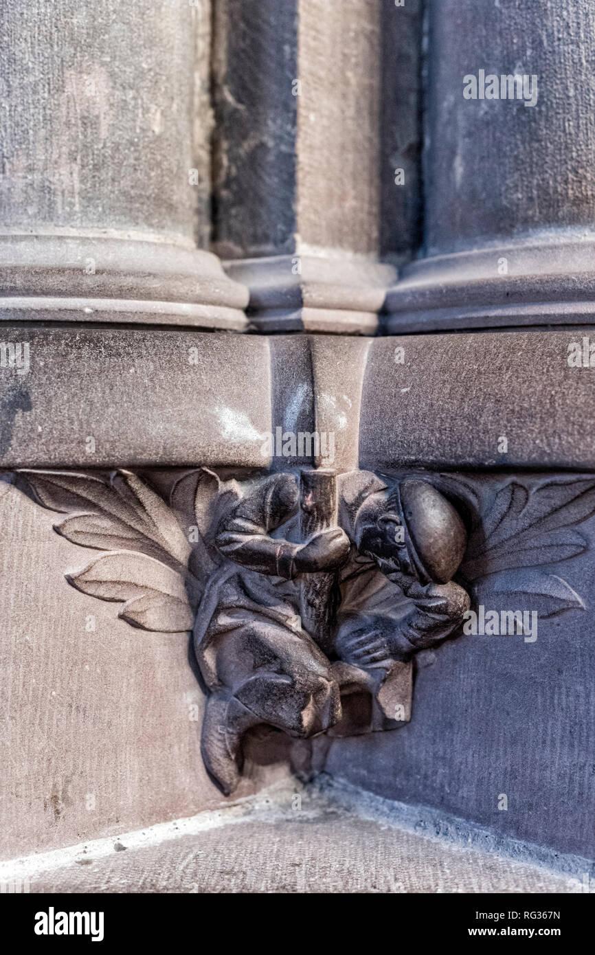 La representación de albañil compañeros parece soportar todo el peso de la catedral de Estrasburgo, Francia Imagen De Stock