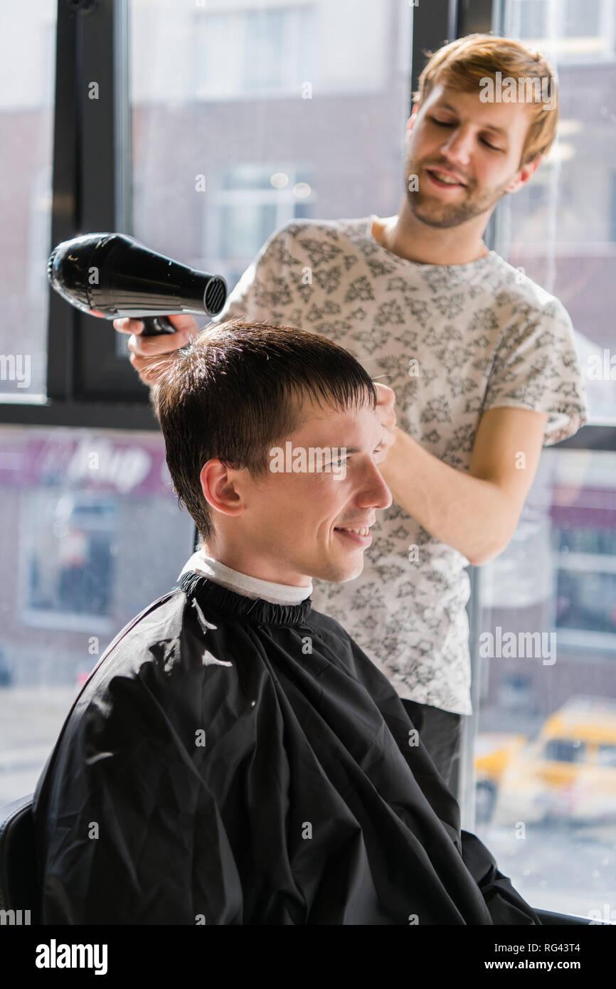 Corte de cabello con tijera de hombre