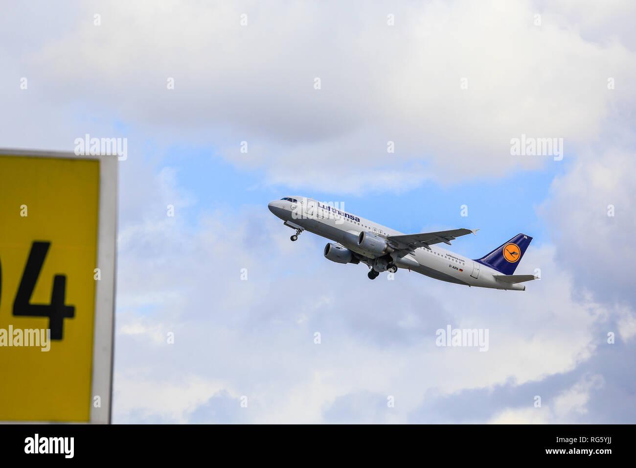 Lufthansa aviones en el cielo, un aeropuerto internacional, DŸsseldorf DŸsseldorf, Renania del Norte-Westfalia, Alemania, Europa, Lufthansa Flugzeug am Himmel, Fl. Foto de stock