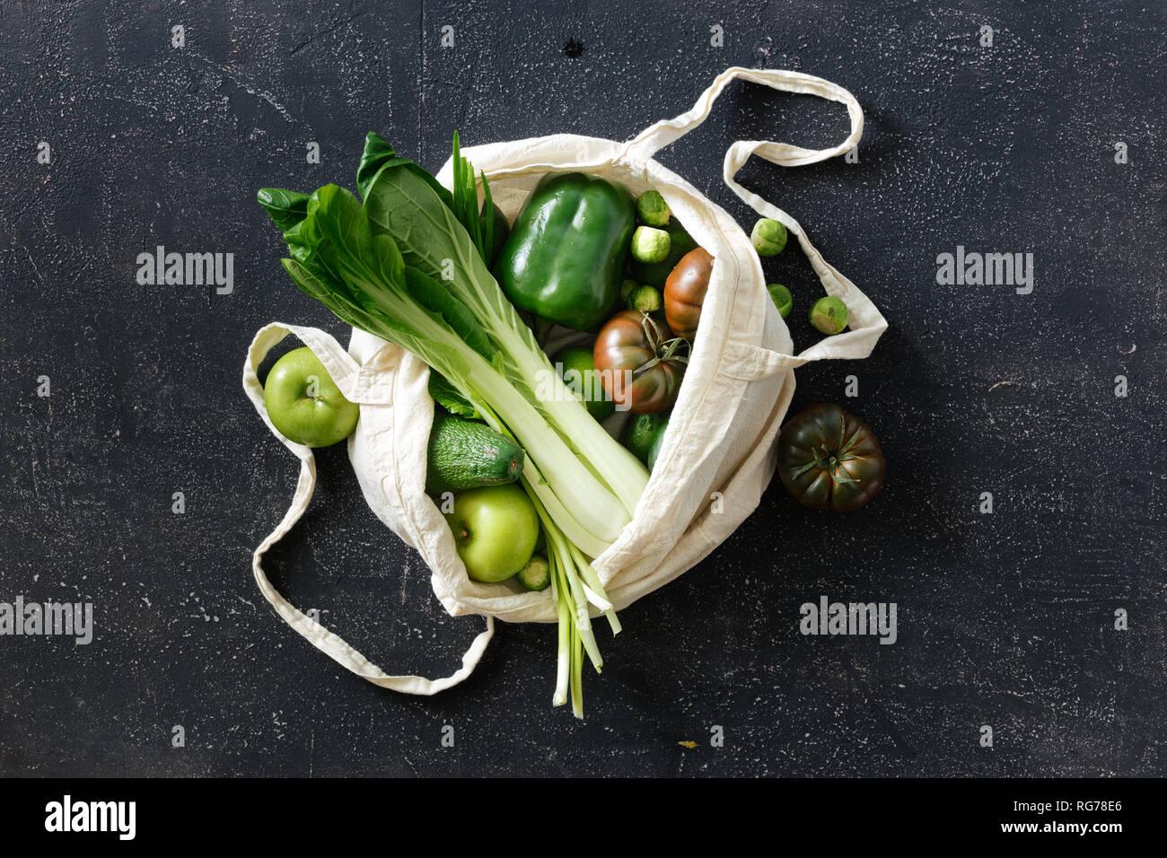 Los alimentos orgánicos frescos y frutas y verduras en tela