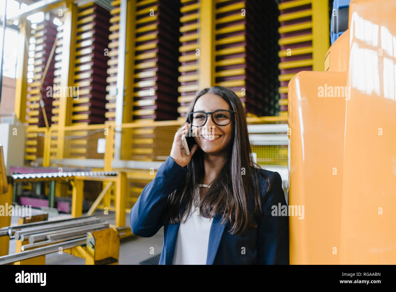 Joven que trabaja en el almacén de distribución, hablar por teléfono Foto de stock