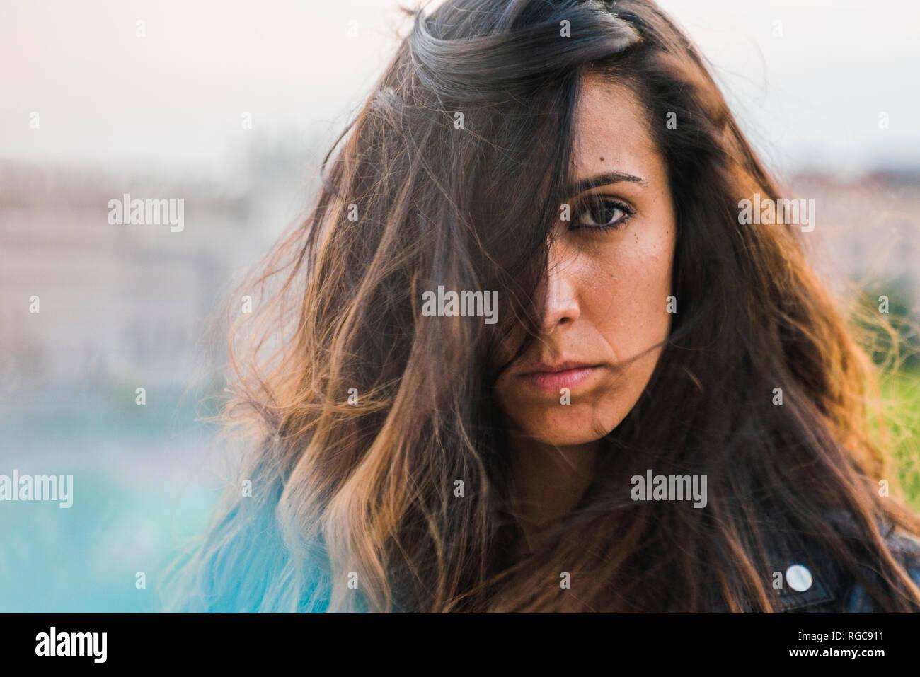 Retrato de hermosa mujer joven con cabello marrón largo Foto de stock