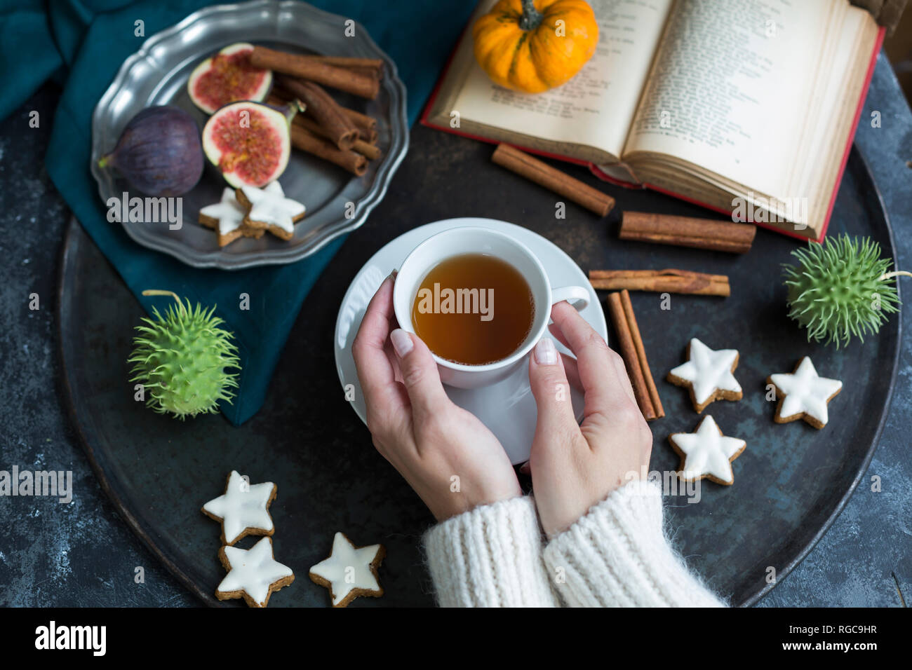 Mujer de beber una taza de té en otoño, vista parcial Foto de stock