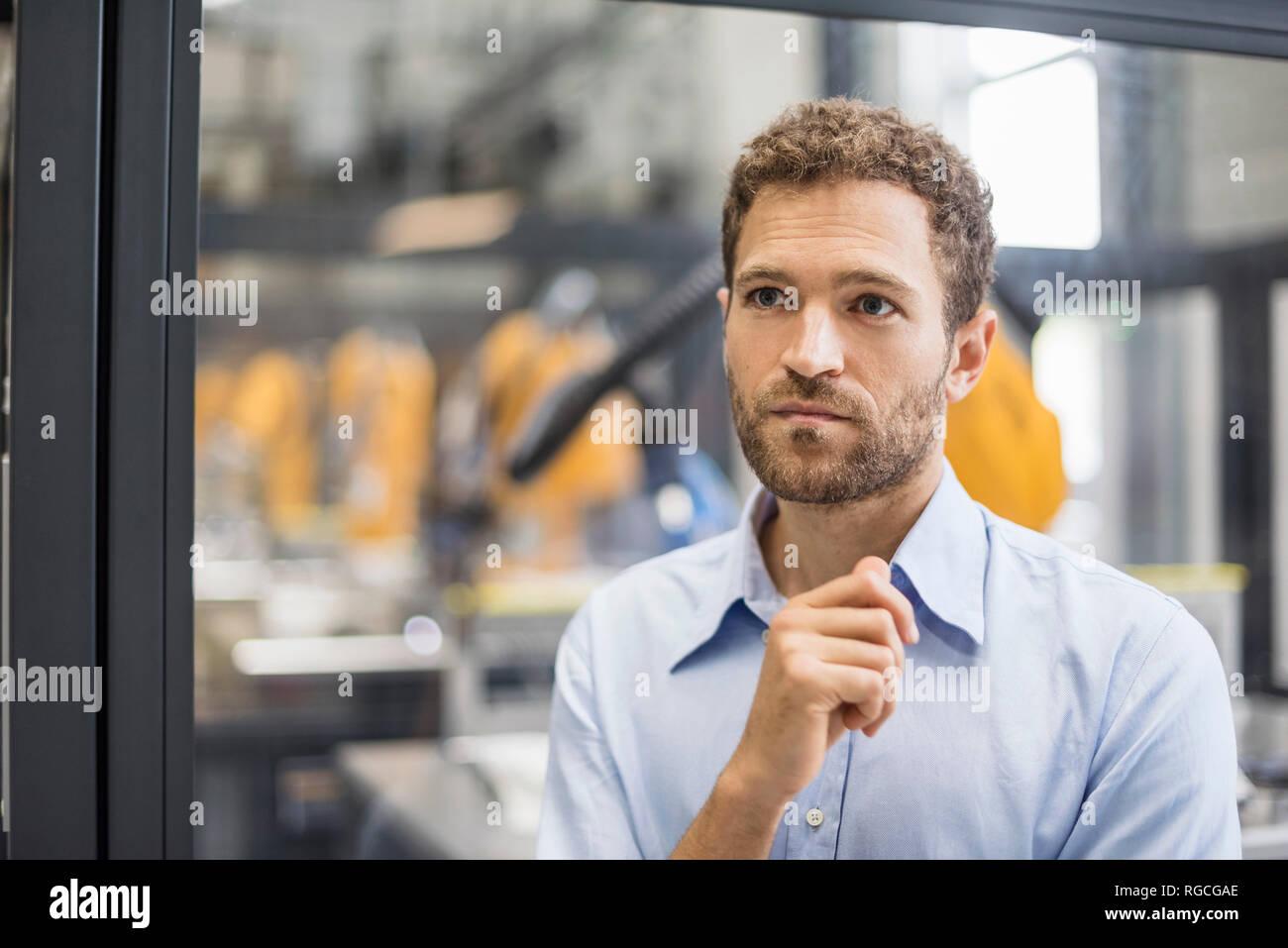 El empresario trabaja en la empresa de alta tecnología, Retrato Imagen De Stock
