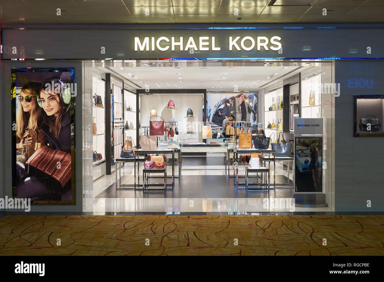 784a04f47f Singapur - CIRCA Septiembre, 2016: Michael Kors almacén en el aeropuerto  Changi de Singapur