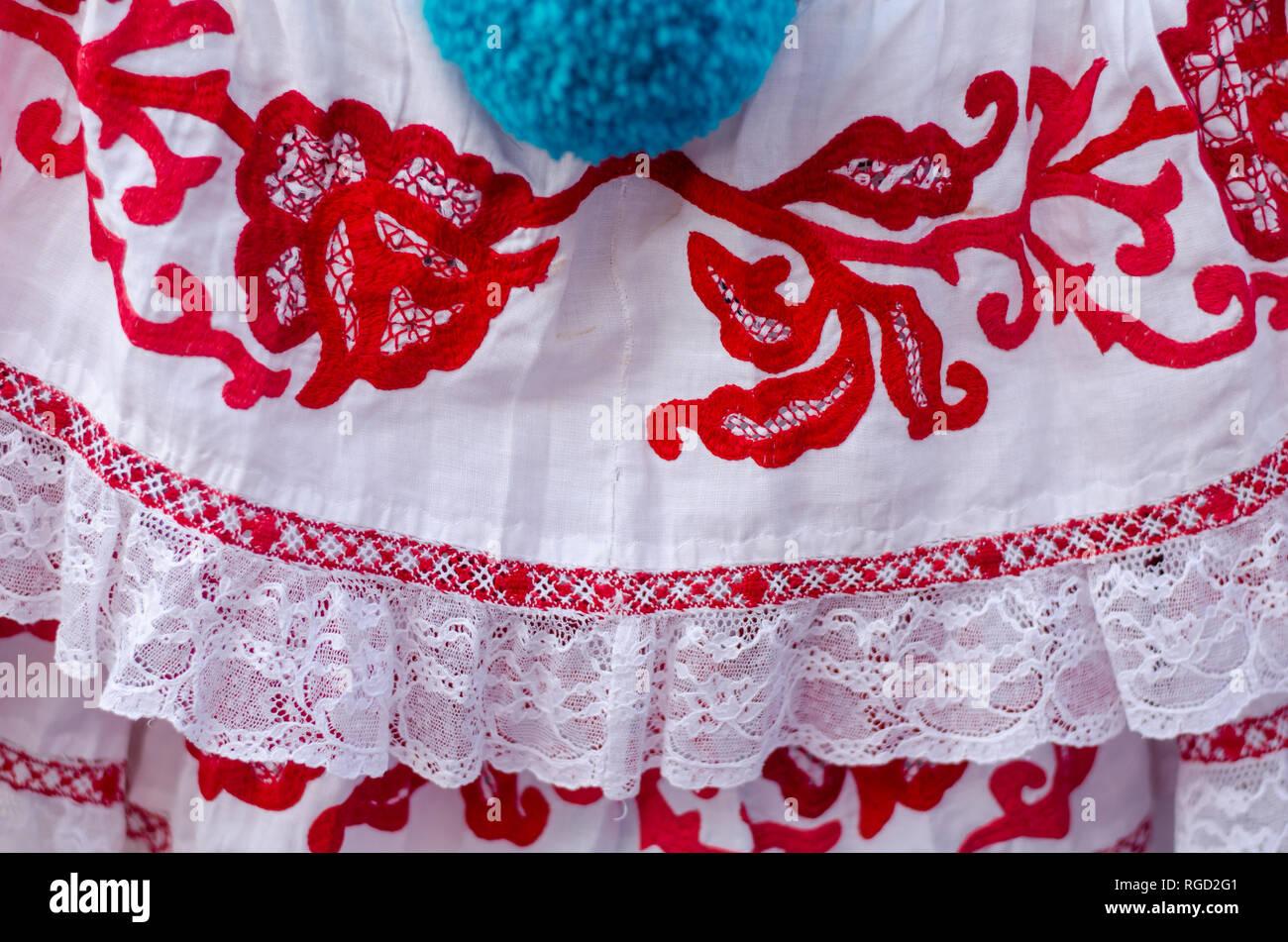 Detalles de la vestimenta típica panameña conocida como la pollera. El patrón es todos hechos a mano, utilizando diferentes técnicas de bordado Imagen De Stock